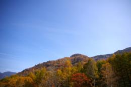 秋の山と空のフリー写真素材