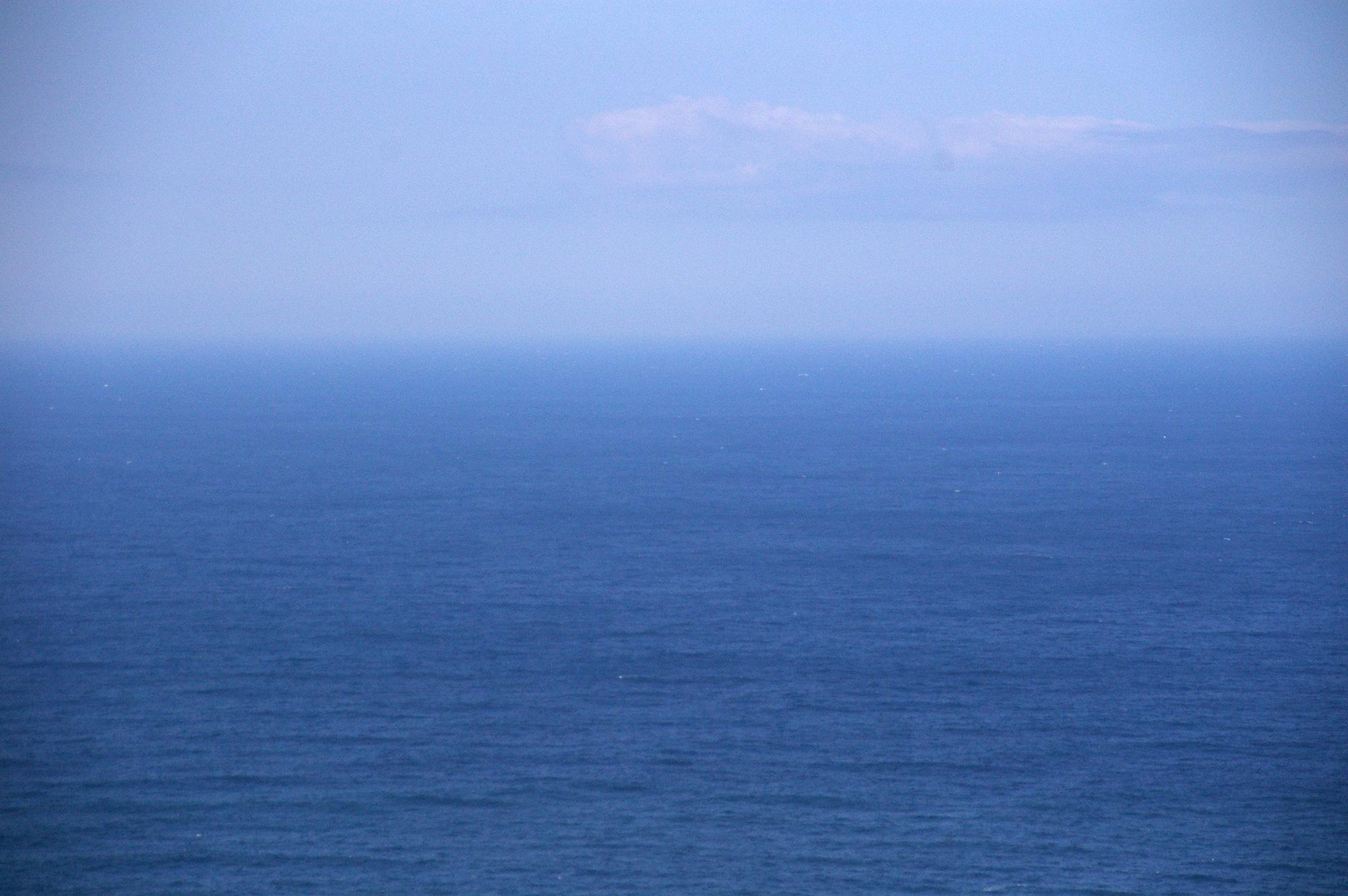 霞む水平線