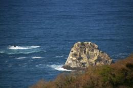 海に浮かぶ岩の無料写真素材