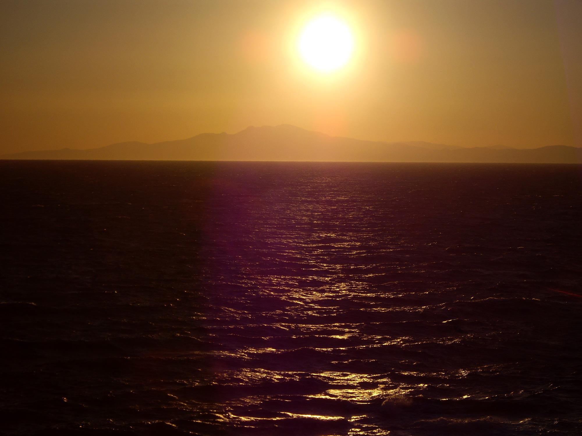 橙色に染まる夕焼けの空