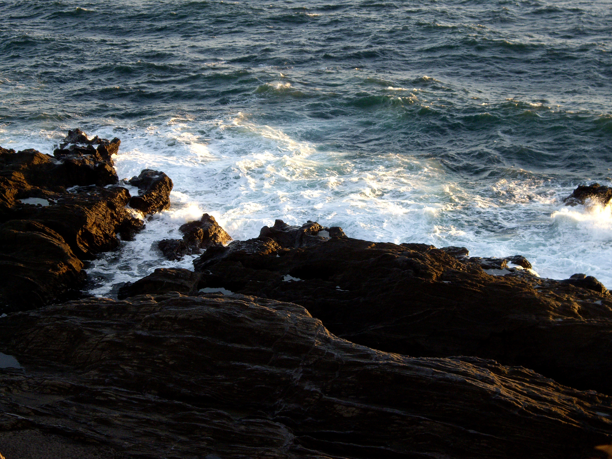 波の荒い岩場の写真の無料素材