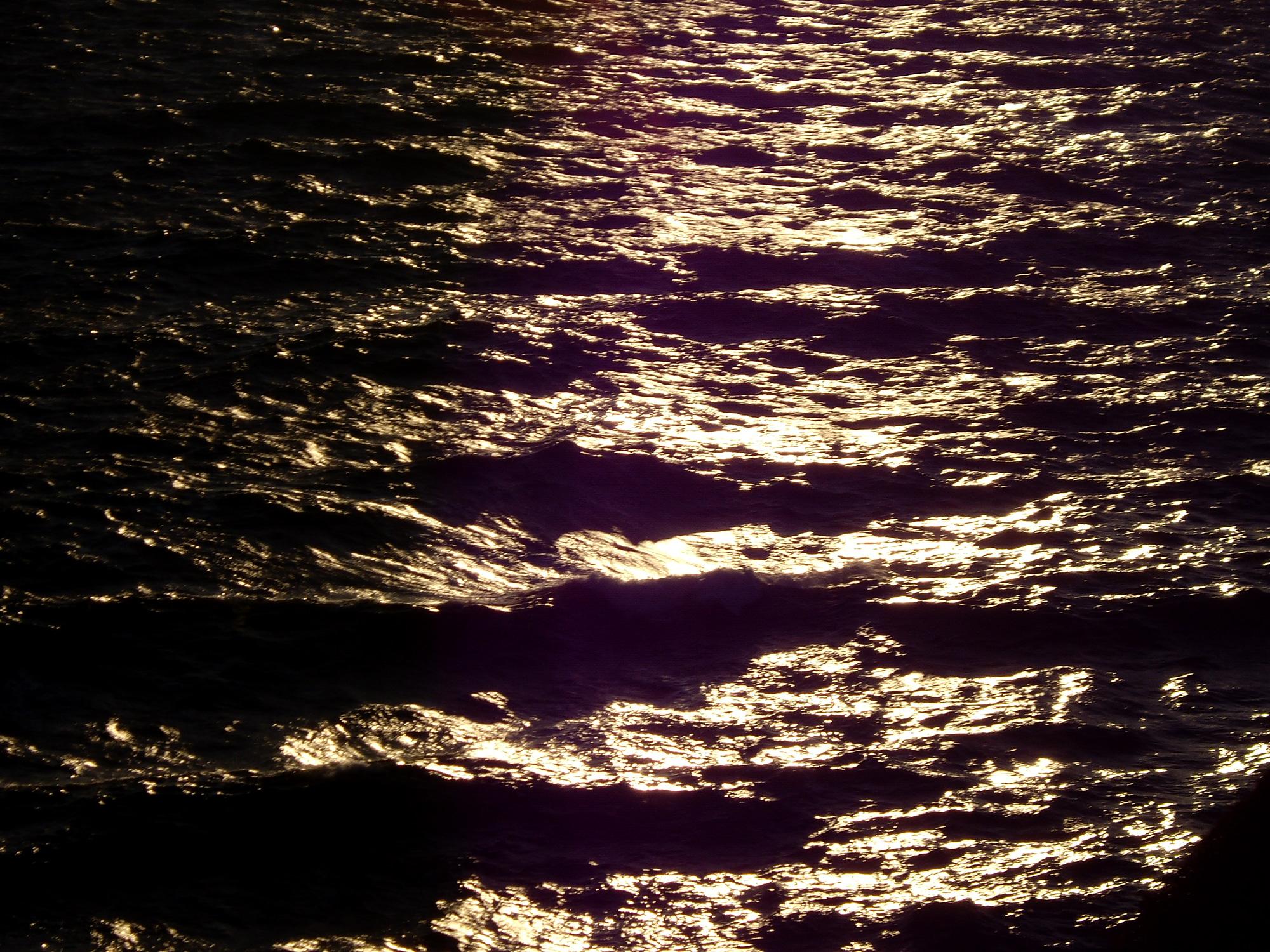 ギラギラ光る水面の写真の無料素材
