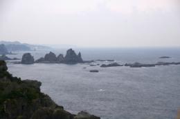 海に浮かぶ岩