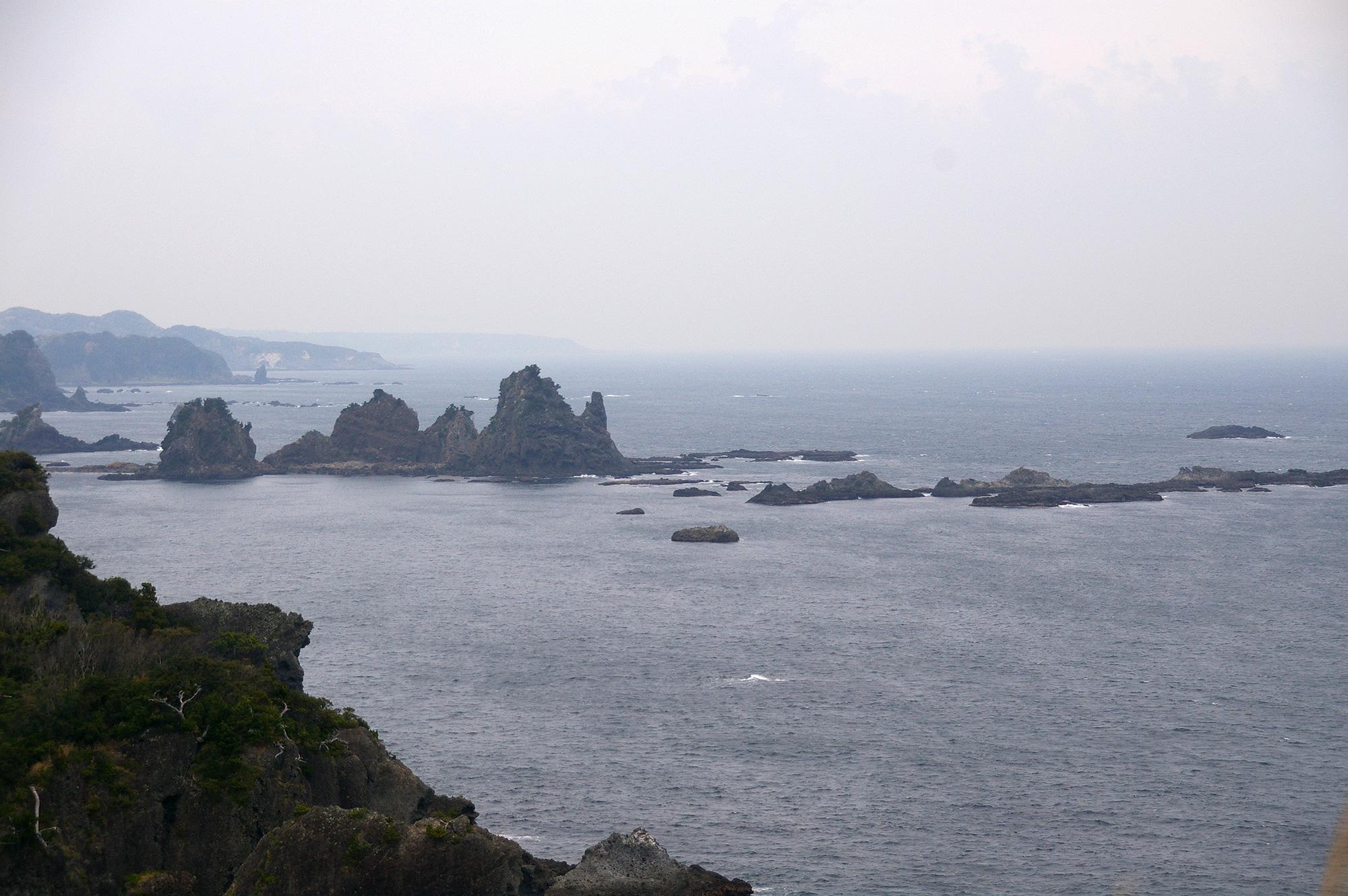 海に浮かぶ岩の写真の無料素材