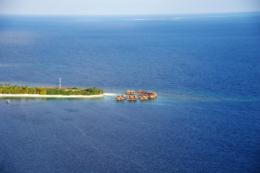 空から見た水上コテージの写真のフリー素材