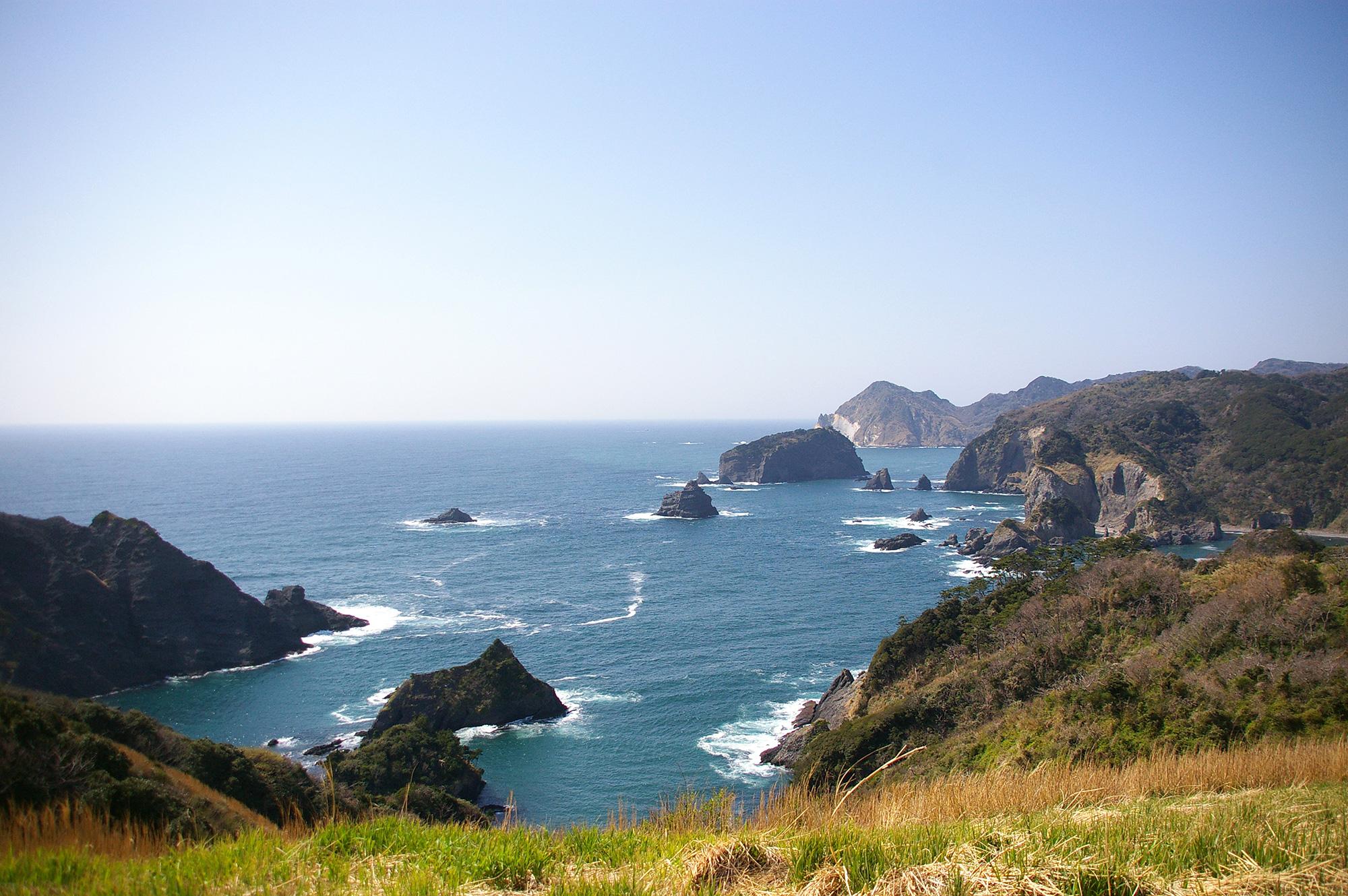 崖と岩場と水平線の写真のフリー素材