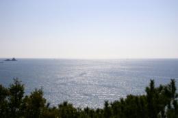 輝く海面とまっすぐな水平線の写真のフリー素材