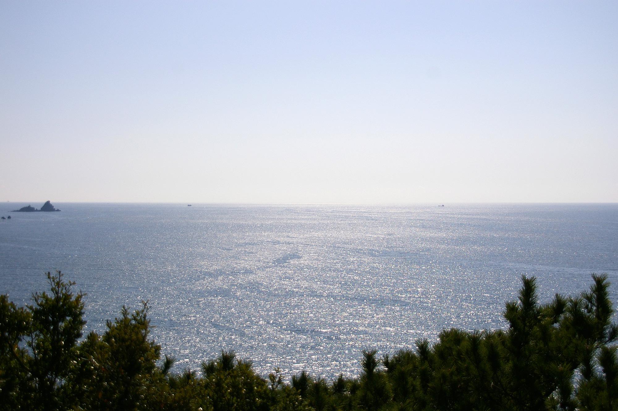 輝く海面とまっすぐな水平線