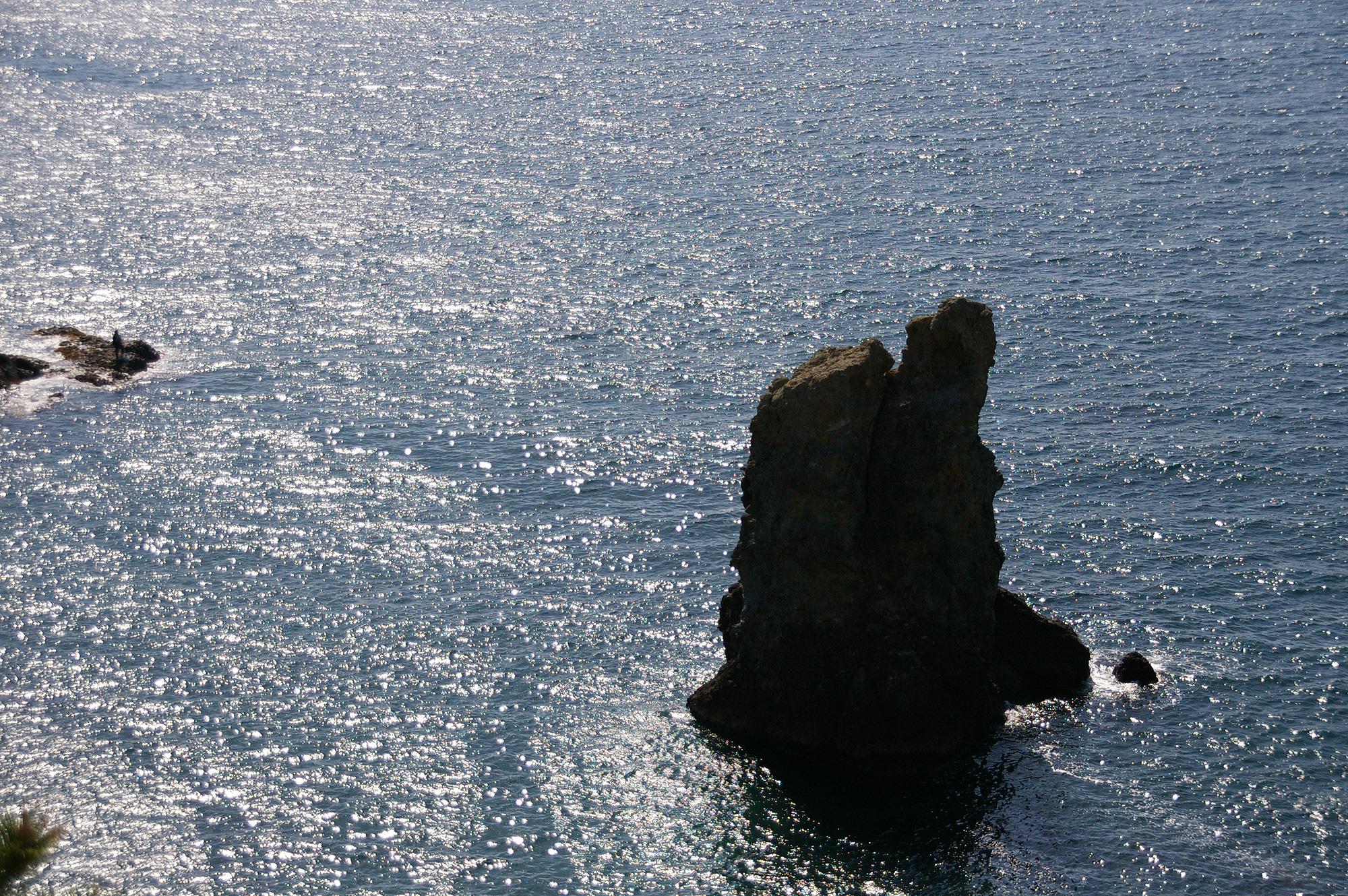 海から突き出た岩