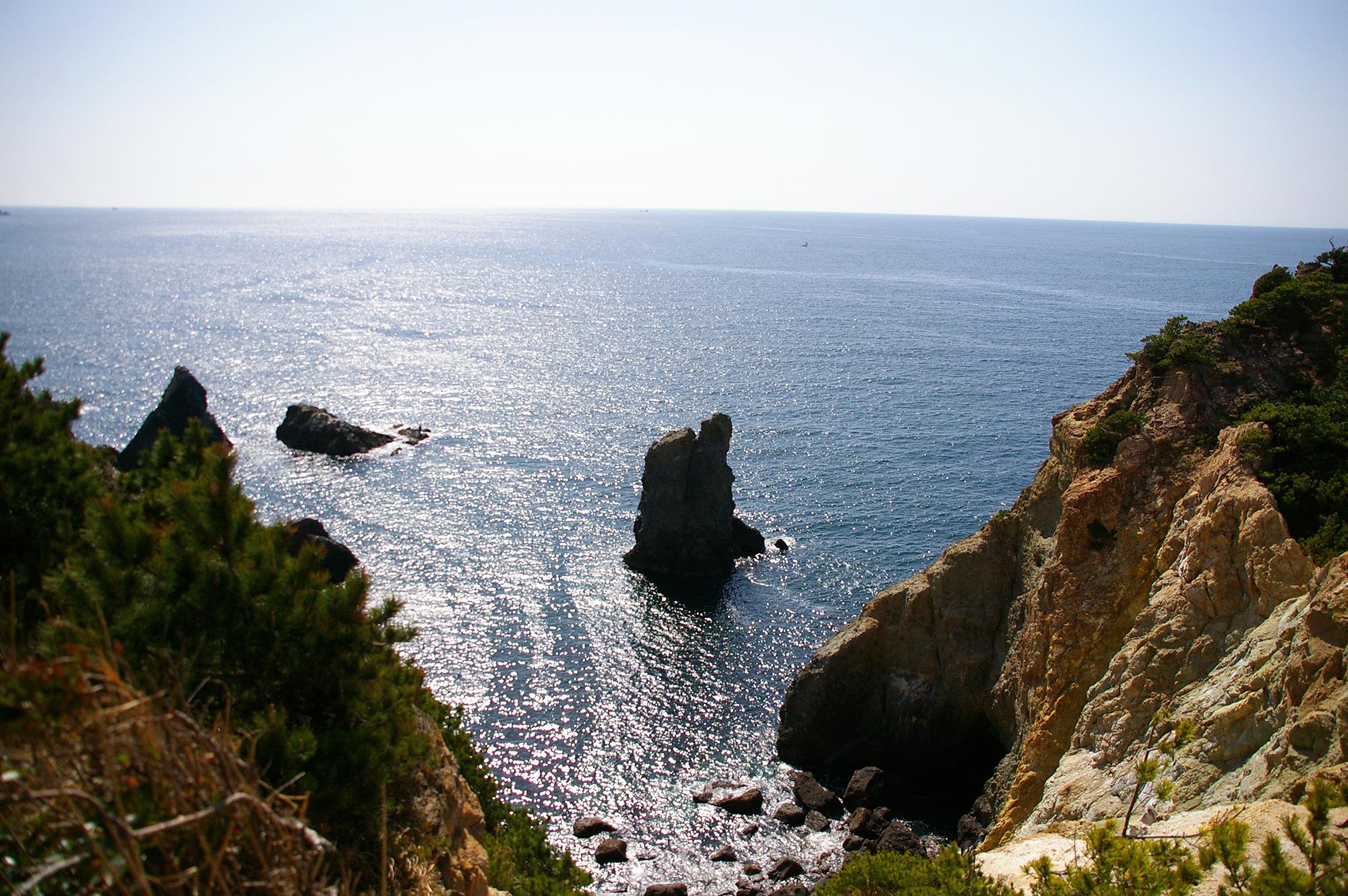 光を反射している海面と岩場
