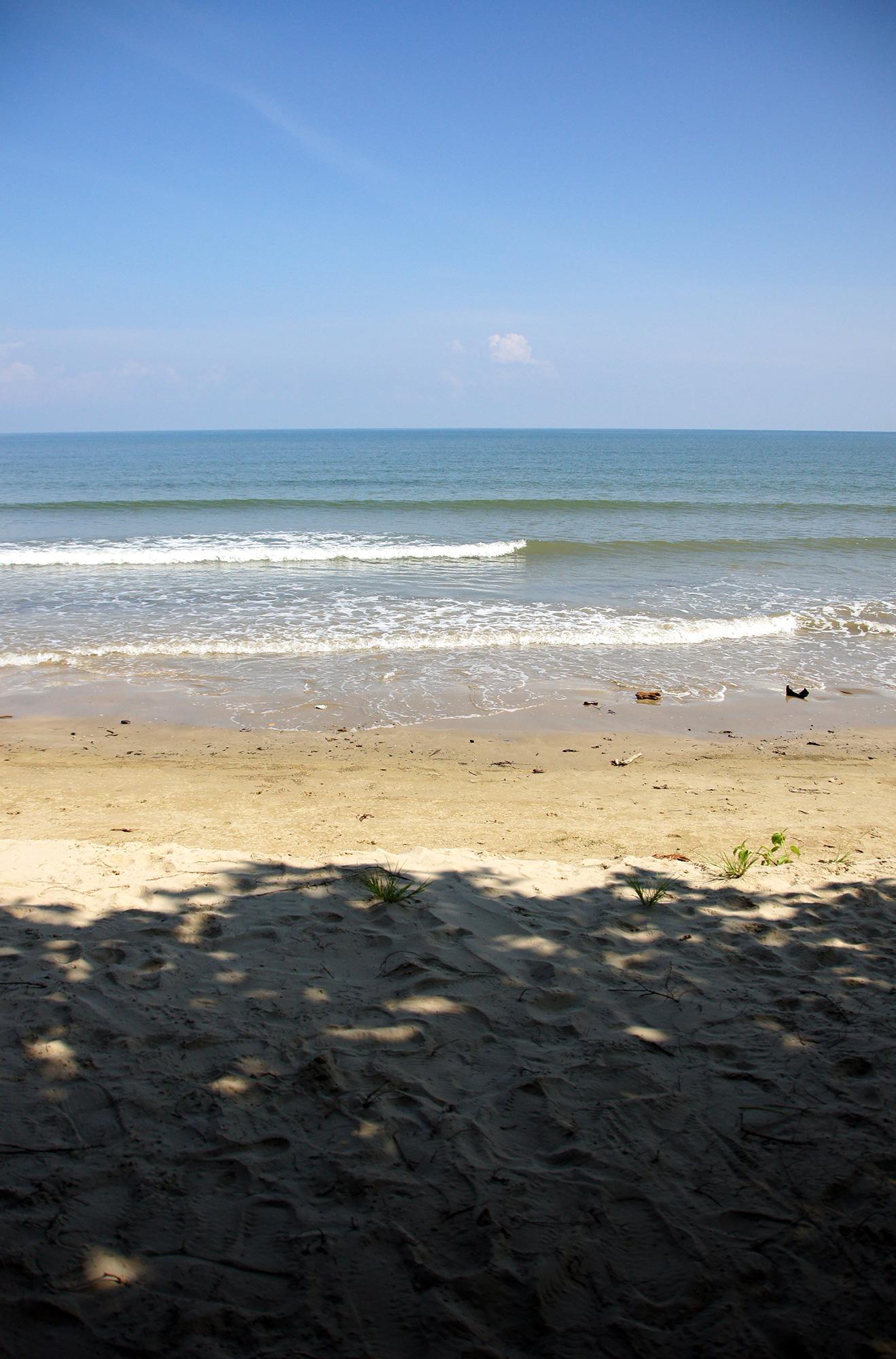水平線と寄せる波のフリー写真素材