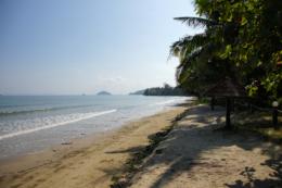 人気のない砂浜のフリー写真素材