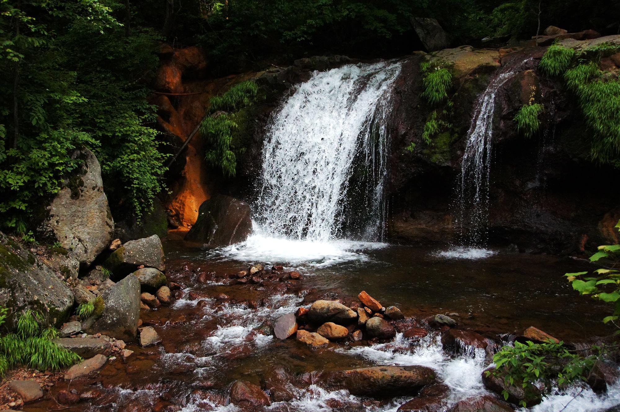 形のよい滝の写真素材フリー