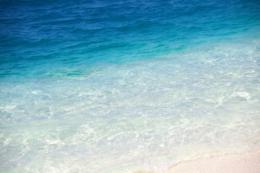 エメラルドグリーンの波のフリー写真素材