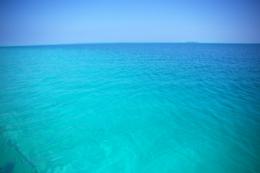 エメラルドグリーンの海のフリー写真素材