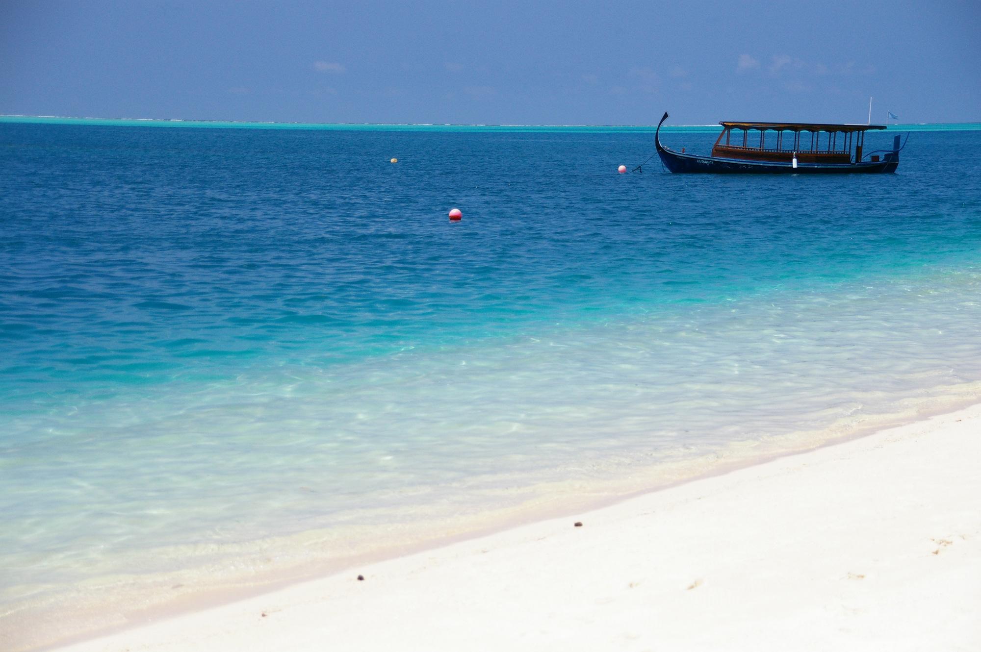 海に浮かぶ小船のフリー写真素材