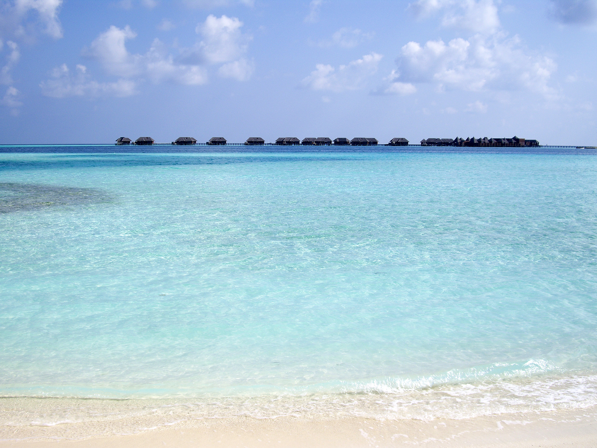 水上コテージが浮かぶリゾートの海の写真素材
