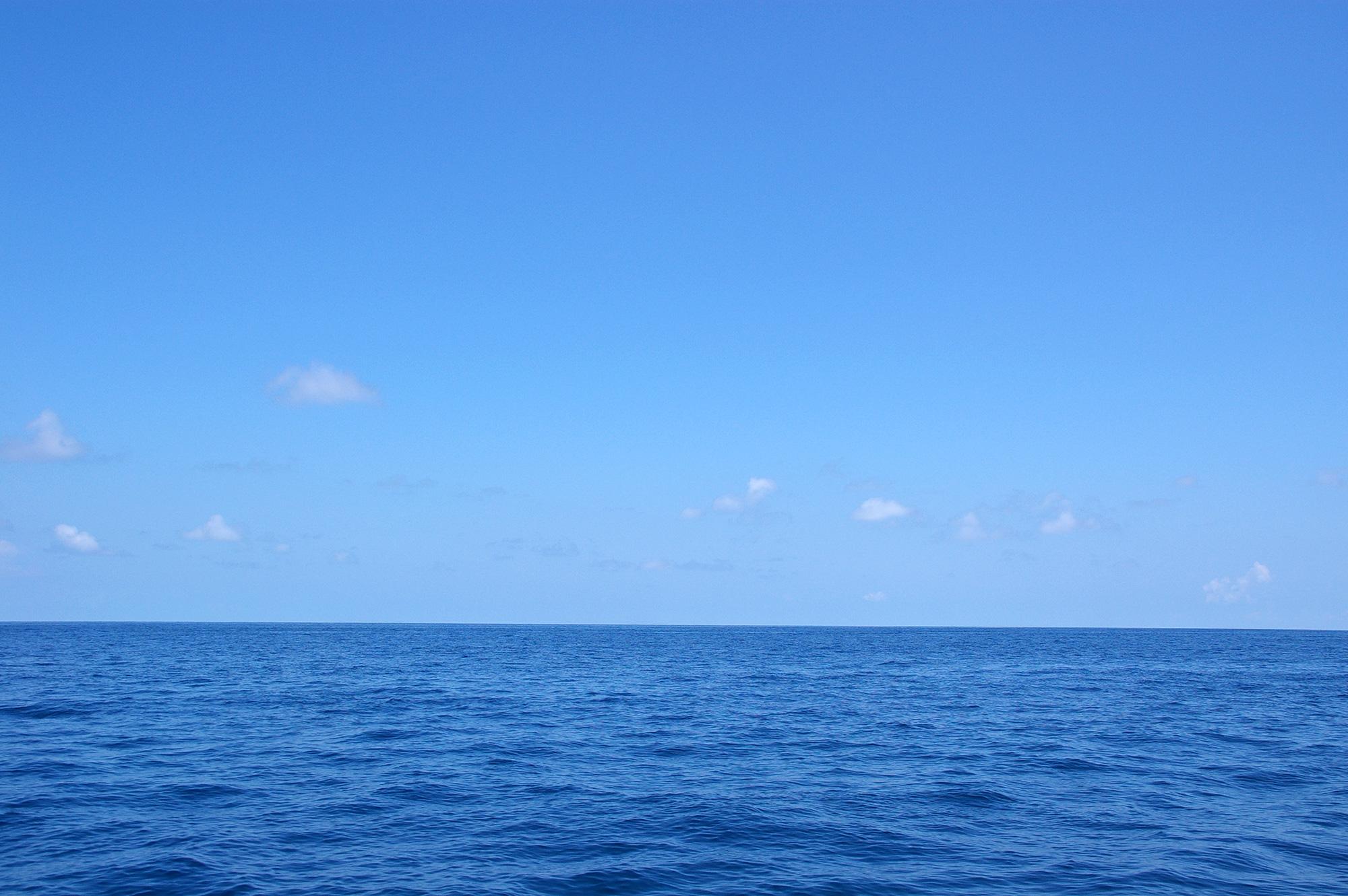 水平線と青い空のフリー写真素材