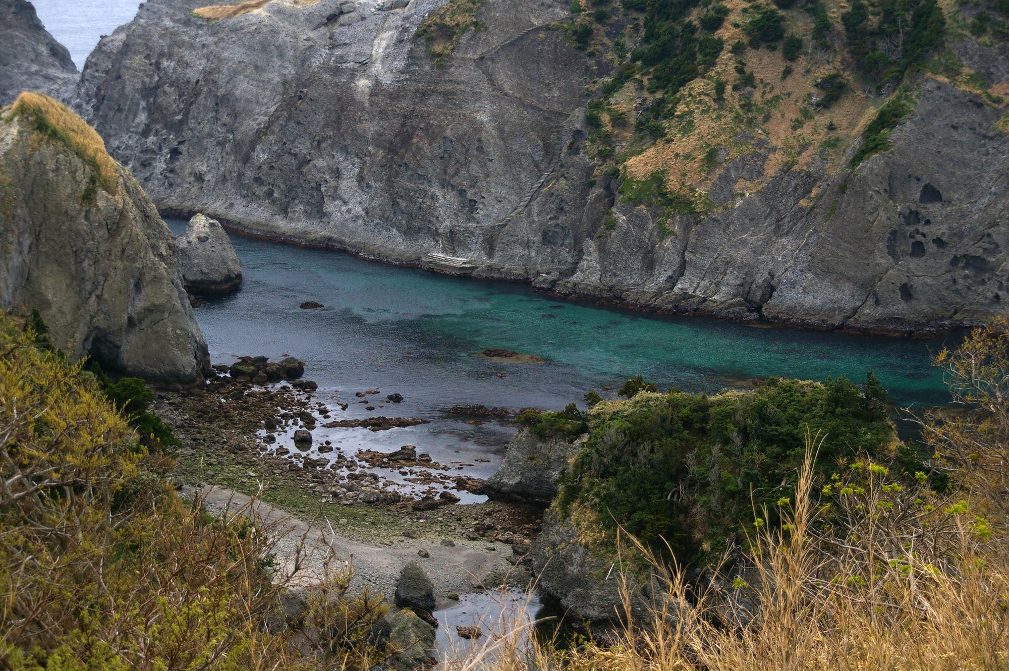 崖に挟まれた海の写真素材