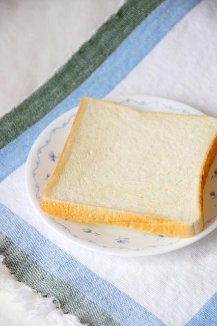 皿の上の食パン