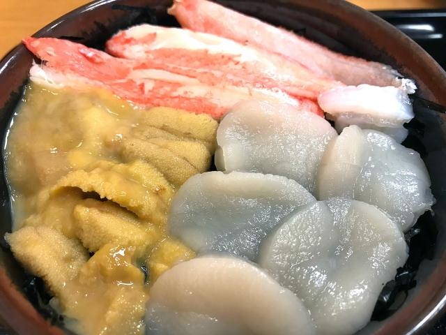 蟹・ホタテ・ウニ丼