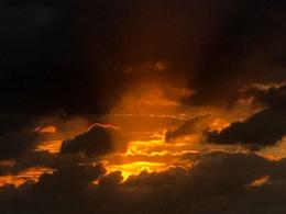 雲間の夕焼けの無料写真素材