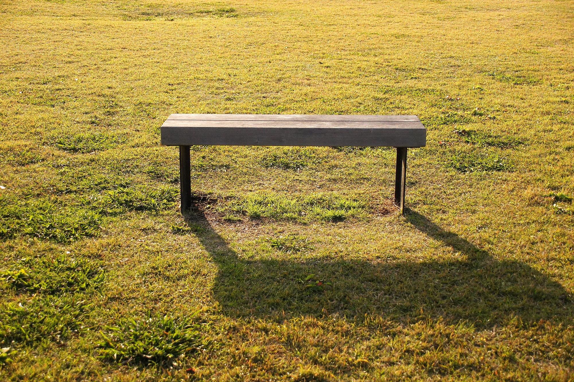 草原のベンチの写真の無料素材