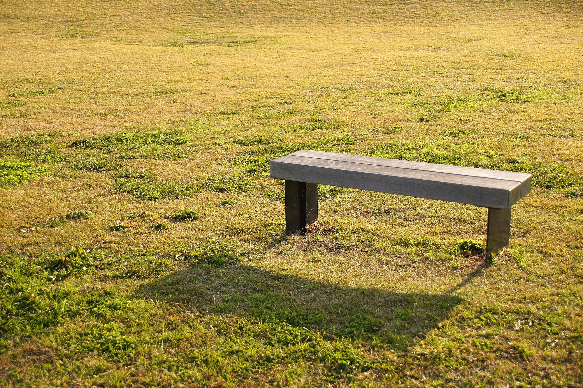 草原のベンチ