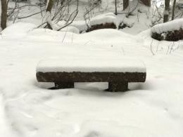 雪が積もったベンチ