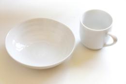 白い皿とマグカップの写真のフリー素材
