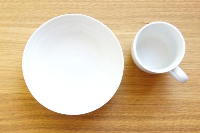 木のテーブルの上の食器の無料写真素材