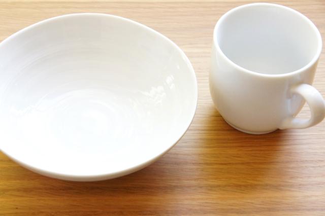 オーク材の上の食器の無料写真素材