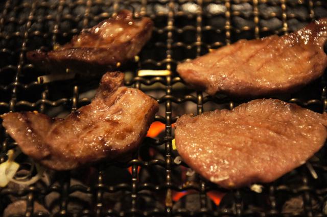 少し焦げた焼き肉のフリー写真素材