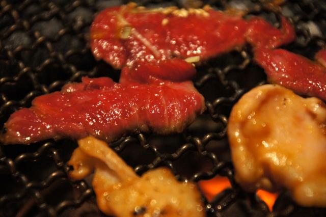 網で焼いている肉のフリー写真素材