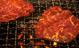 脂ののった焼き肉のフリー写真素材